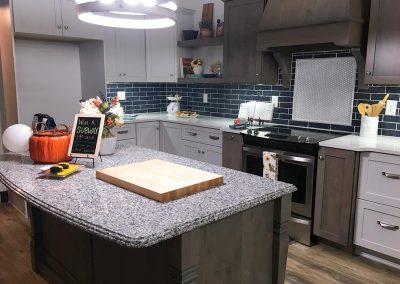 Kitchen cabinets with custom natural stone granite countertop by Gordon Creek Granite of Hicksville, Ohio.